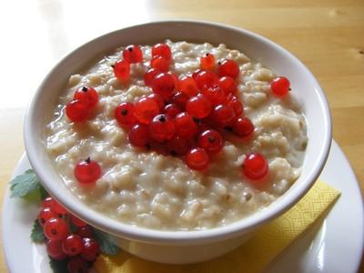 Porridge mit Johannesbeeren